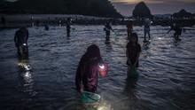 FOTO: Mencari si Putri Cacing di Pantai Mandalika