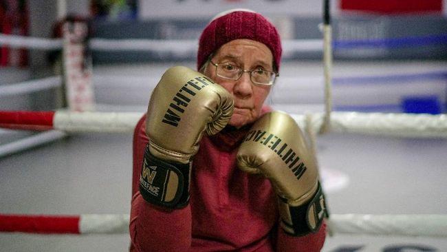 Nancy Van Der Stracten (75) punya cara sendiri untuk mengatasi penyakit Parkinson yang dideritanya, yaitu dengan berlatih tinju.