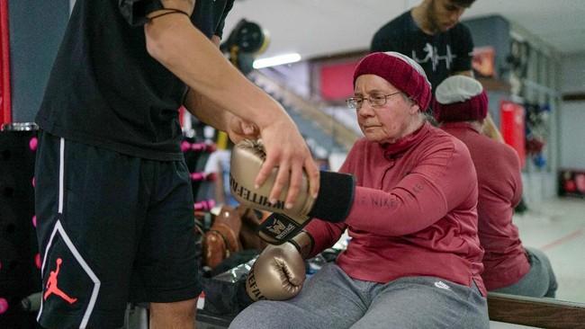 Seorang lansia 75 tahun di Turki melawan penyakit Parkinson yang dideritanya dengan rutin tinju.