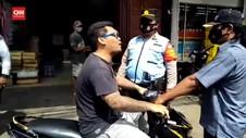 VIDEO: Tak Percaya Covid, Pria Lawan Petugas Razia Masker