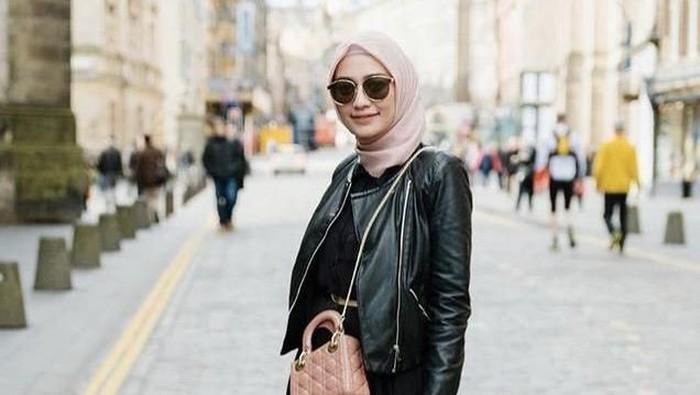 5 Ide Outfit Hijab dengan Jaket Kulit, Siap Tampil Classy dan Stunning