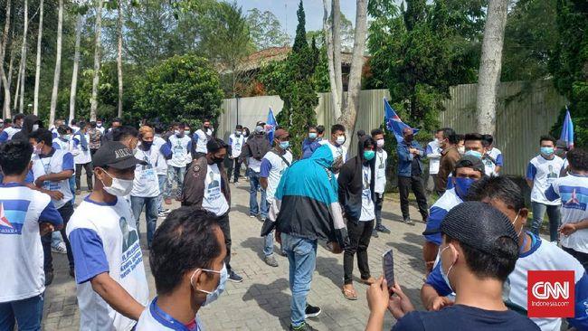 Kader Partai Demokrat cekcok dengan sejumlah orang berseragam organisasi kemasyarakatan di lokasi Kongres Luar Biasa di Deli Serdang, Sumatera Utara.
