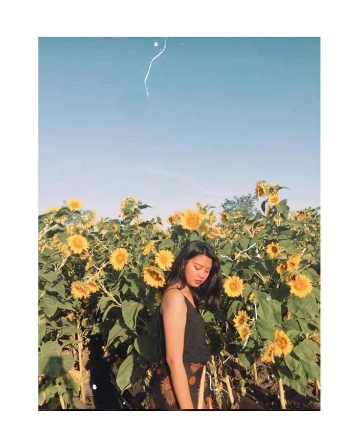 Di Instagram, ia juga kerap memamerkan pose cantik dengan latar belakangan pemandangan yang super indah. Ternyata Sania juga hobi traveling. Bahkan baru-baru ini, ia juga mendatangi Kupang, Nusa Tenggara Timur. (Foto: Instagram.com/sanialeonardo)