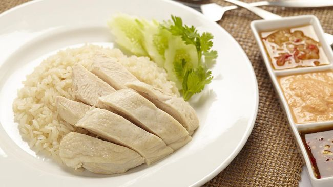 Nasi ayam Hainan seakan tidak pernah lepas ketika membicarakan hidangan Malaysia dan Singapura.