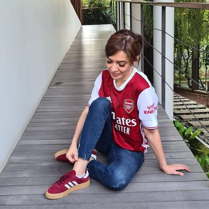 Najwa Shihab juga penggemar bola rupanya. Menggunakan jersey dan sneakers merah lalu dipadukan dengan celana jeans. Siap nobar! (foto: instagram.com/najwashihab)