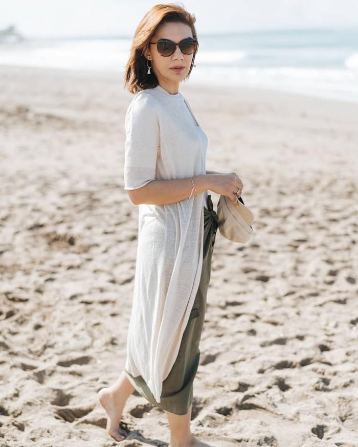 Outfit ke pantai a la Najwa Shihab. Perpaduan long cardigan putih dengan bawahan earth tone, pas banget sama suasana pantai! (instagram.com/najwashihab)