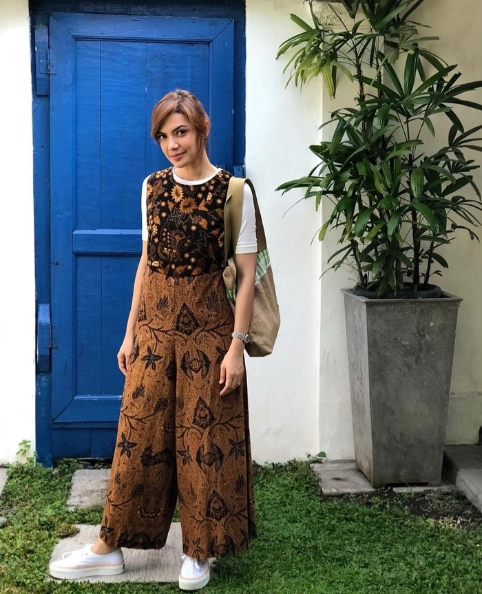 Liburan ke Jogja kurang pas tanpa batik. Dengan menggunakan model pakaian overall, kesan liburan santai jadi semakin terasa. (instagram.com/najwashihab)