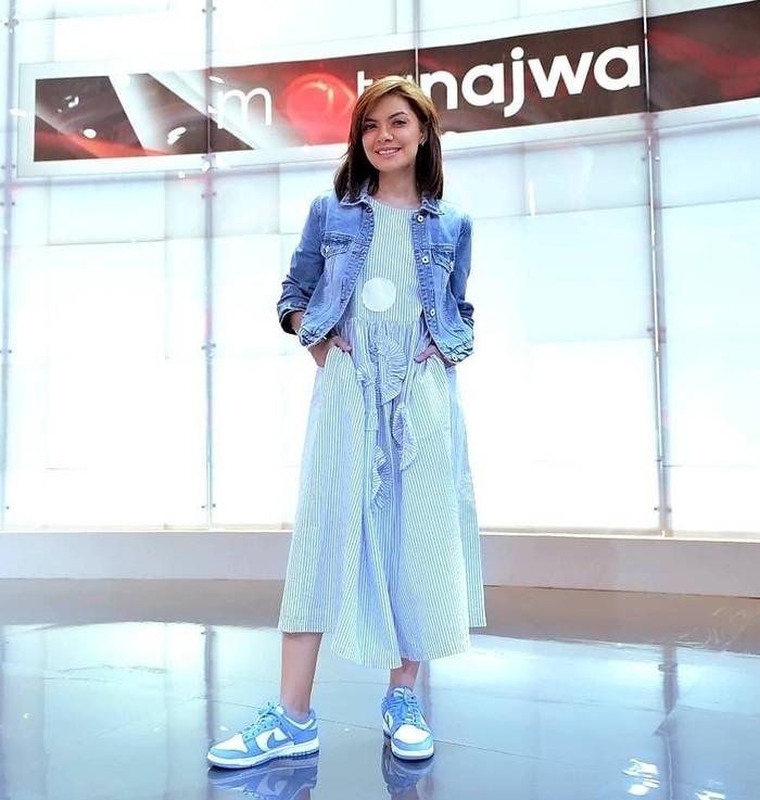 Rehearsal Mata Najwa memakai midi dress garis-garis dan jaket jeans yang dipadukan dengan sneakers berwarna senada membuat Mbak Nana terlihat kasual dan semakin cantik. (foto: instagram.com/najwashihab)