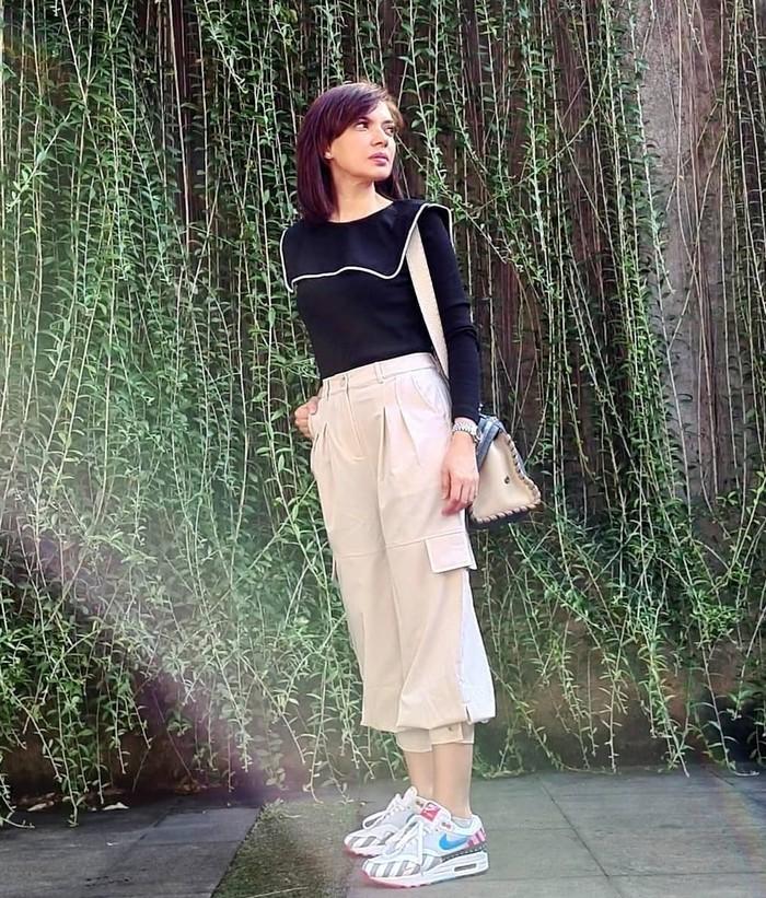 Sepertinya warna netral menjadi andalan Najwa Shihab ya. Namun kemampuan Mbak Nana untuk mix and match ini jadinya outfit tidak terlihat polos dan membosankan. (foto: instagram.com/najwashihab)