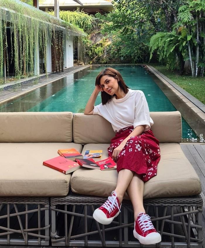 Najwa Shihab juga merupakan Duta Baca Indonesia dan sering merekomendasikan buku-buku keren di akun Instagramnya. (foto:instagram.com/najwashihab)