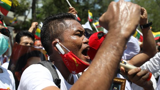 Aparat menangkap salah satu pemimpin demonstrasi ternama Myanmar, Wai Moe Naing, dengan menabrak motor sang aktivis saat sedang berunjuk rasa, Kamis (15/4).