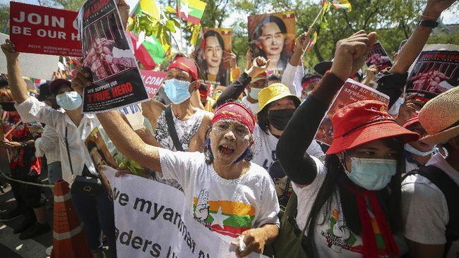 Sejumlah anak muda di Yangon menggelar aksi flash mob agar dapat melontarkan protes antikudeta tanpa menjadi target kekerasan aparat Myanmar.