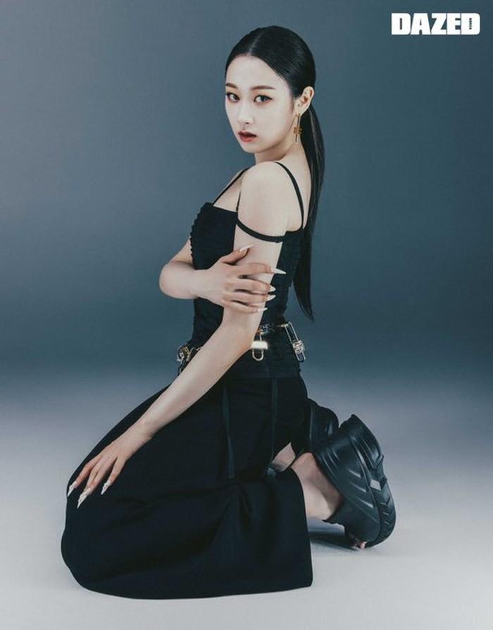 Tak kalah memukau, Giselle tampak sangat glamour dengan balutan busana serba hitam dengan aksen tali di bagian bahu. Warna rambut yang senada membuat Giselle semakin bersinar. Lengkap dengan smokey eye makeup. (Foto:Twitter.com/aespa_official/DAZED)