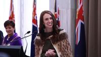 <p>Jacinda Ardern adalah Perdana Menteri Selandia Baru. Ketika dia terpilih dengan jabatan tersebut pada 2017, Ardern merupakan kepala negara wanita termuda di dunia. Kurang dari satu tahun dalam masa jabatannya, dia melahirkan putri pertamanya dan sejak itukerap memberikan pidatp sambil menggendong bayinya. Ardren berhasil memimpin hal-hal seperti persatuan dan perubahan sosial. Pada saat yang sama, ia juga mengambil tindakan cepat dan tegas terhadap kekerasan bersenjata. Kepemimpinan Ardern yang kuat selama pandemi COVID-19 juga menyebabkan hanya 25 orang Selandia Baru yang meninggal karena virus tersebut. (Foto: Instagram @jacindaardern)</p>