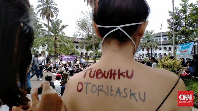 Para aktivis Bandung yang tergabung dalam Simpulpuan memperingati hari perempuan internasional dengan melakukan aksi mendesak pengesahan RUU PKS.