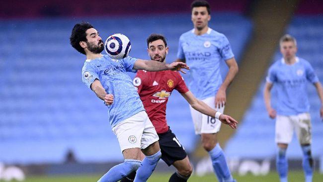 Manchester United dan Manchester City tengah mengadu kekuatan di bursa transfer guna memperkuat skuad pada musim 2021/2022.