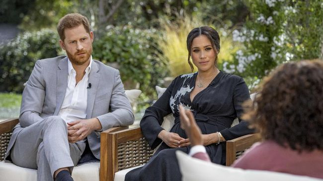 Seorang pembawa berita menuai kecaman usai mengaitkan kematian Pangeran Philip dengan wawancara Pangeran Harry dan Meghan Markle bersama Oprah Winfrey.