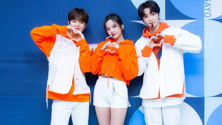 Berikut potret penampilan pertama program musik mingguan produksi sbs Inkigayo dengan MC baru yaitu Jihoon Treasure, Yujin Iz*One dan Sungchan NCT