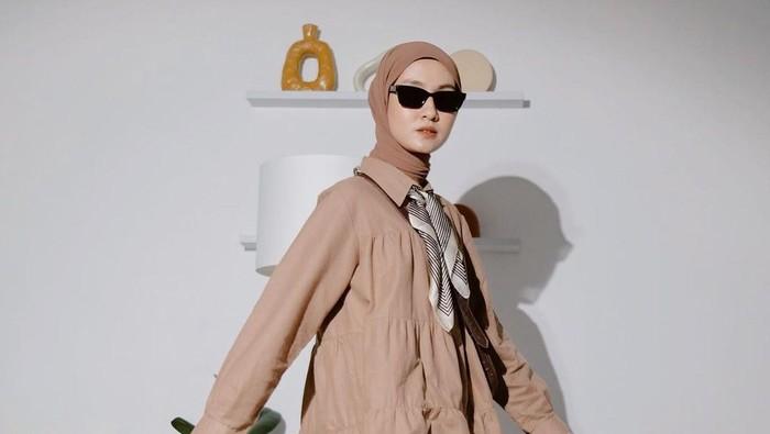 5 Inspirasi Outfit Hijab Vintage ala Selebgram Inas Rana Fagastia, Swag dan Kece Abis!