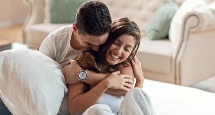 Bunda mungkin sering bertanya-tanya, apakah suami masih mencintai kita? Bagaimana mengetahui suami masih sangat mencintai istri? Ini dia ciri-cirinya.