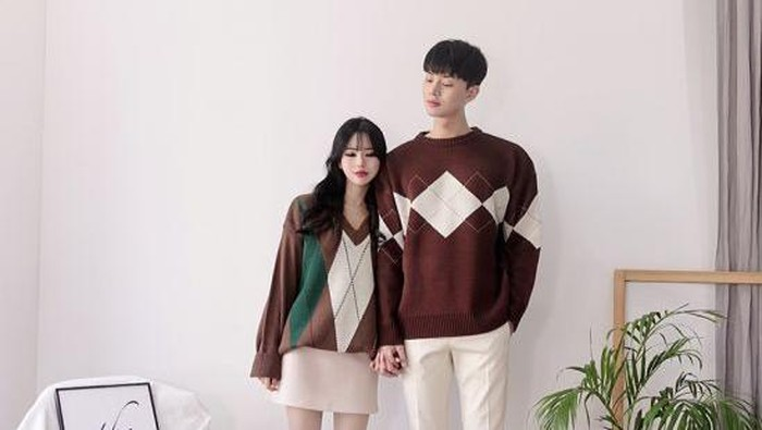 Anti Norak! Begini Trik Pakai Baju Couple dengan Pasangan