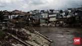 Proyek normalisasi Kali Ciliwung masih terganjal pembebasan lahan. Sepanjang 17 kilometer bantaran kali belum dinormalisasi.