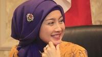 <p>Desy Ratnasari juga dikenal sebagai 'Ratu Sinetron' dengan mengawali karier pada 1989 silam. Ia telah membintangi lebih dari 40 judul serial TV Tanah Air dan dikenal pula sering memainkan peran protagonis. Sukses di dunia hiburan, Desy kini merambah ke bidang politik. Ia terpilih sebagai anggota Dewan Perwakilan Rakyat (DPR) dari Partai Amanat Nasional (PAN), yang mewakili daerah Jawa Barat IV periode 2014 - 2019. Saat ini, ia masih duduk di kursinya hingga dua periode. (Foto: Instagram @desyratnasari.officialsukabumi)</p>