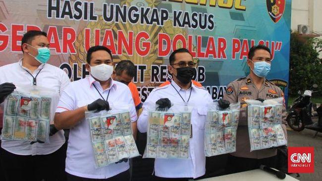 Dua warga Bali itu hendak menukar uang jutaan dolar ASatau setara Rp21 miliar itu dengan surat berharga di sebuah bank di Surabaya, Jawa Timur.