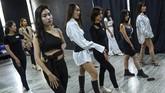Influencer Vietnam mengajarkan seni berpose di Instagram mulai senyum hingga mengarahkan gerakan tangan yang pas.