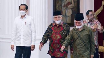 Amien Rais mengungkap dugaan skenario yang bakal dimainkan agar Presiden Joko Widodo bisa terpilih hingga tiga periode.