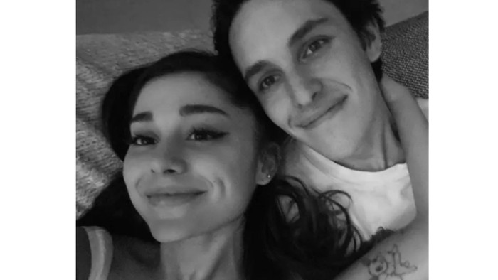 Hampir satu tahun jadi kekasih, Dalton Gomez makin serius dengan Ariana Grande dengan menjalin ikatan pertunangan / foto: intagram.com/arianagrande