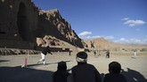 Sejumlah pegiat seni menghidupkan kembali Buddha raksasa di Bamiyan, Afganistan, dengan proyektor tiga dimensi. Patung Buddha itu pernah dihancurkan Taliban.