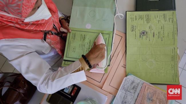 Pemkot Jaksel membuka layanan restorasi arsip rusak bagi warga terdampak banjir. Layanan itu dibuka di sejumlah titik.