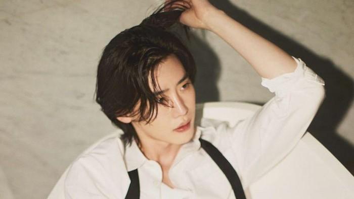 Tambah Ganteng! Intip Penampilan Aktor Lee Jongsuk dengan Rambut Gondrong