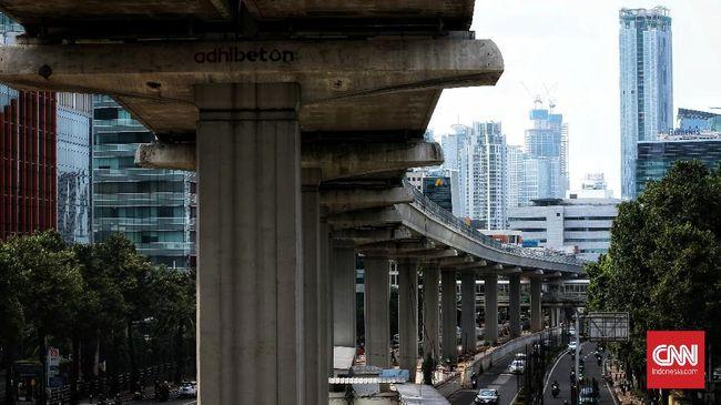 Presiden Jokowi meninjau progres pembangunan Light Rapid Transit (LRT) Jabodebek pada Rabu (9/6) pagi.
