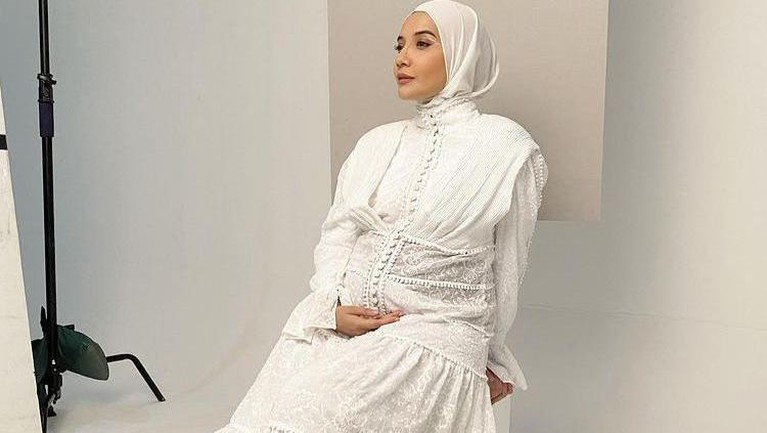 Zaskia Sungkar tengah hamil anak pertama dengan Irwansyah. Yuk intip style kece Zaskia saat hamil anak pertama!