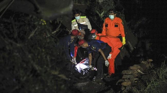 Bus yang mengangkut puluhan pelajar terperosok ke jurang di Sumedang pada Rabu (10/3) malam dan menewaskan 27 orang.