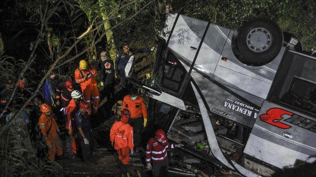 https://akcdn.detik.net.id/visual/2021/03/11/kecelakaan-bus-sri-padma-kencana-di-sumedang-22-meninggal-4_169.jpeg?w=650
