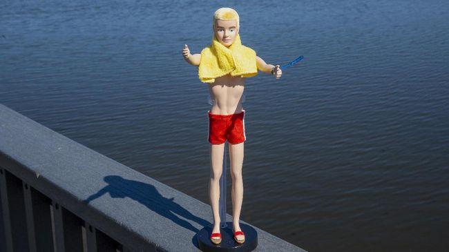 Ken kini resmi berusia 60 tahun, dua tahun setelah kekasih dan sahabat baiknya, Barbie lebih dulu berusia 60 tahun.