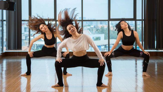Berbeda dengan yoga pada umumnya, buti yoga menekankan pada gerakan yoga yang dinamis dan enerjik tak ubahnya menari.