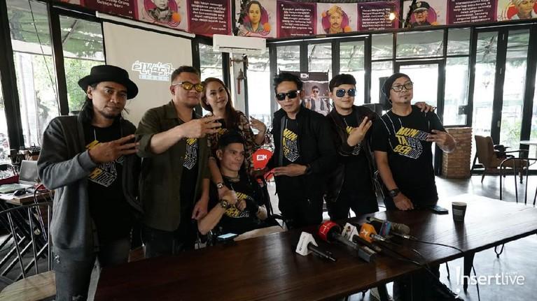 Kabar bahagia datang dari group band El Kasih Reborn yang telah merilis sebuah lagu berjudul 'Muntaber'. Berikut foto-fotonya!