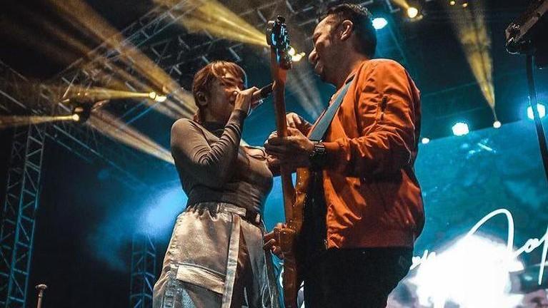 Marion Jola dan kekasih barunya, Dennis Talakua mulai menunjukkan kemesraannya didepan publik. Berikut foto-fotonya!