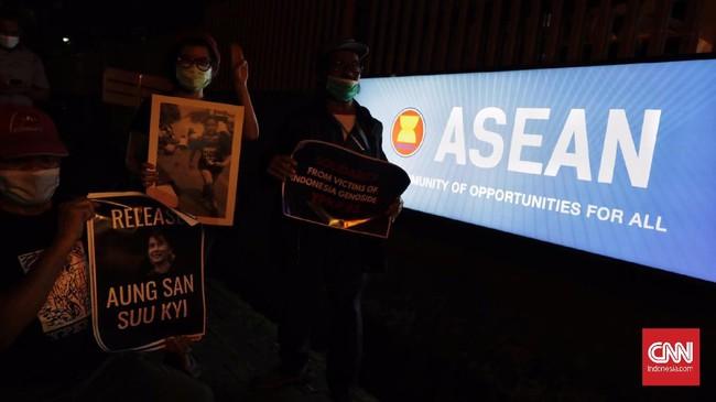 Aksi solidaritas yang dilakukan massa dari Milk Tea Alliance Indonesia di depan Gedung ASEAN, Jumat (12/3), digelar dengan tertib dan khidmat.
