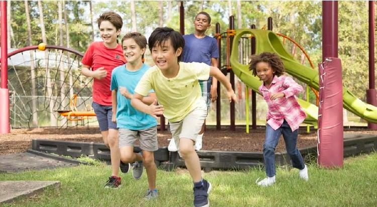 Bermain adalah belajar bagi anak, beragam permainan tradisional seperti main karet, layang-layang dan kelereng memiliki manfaat untuk kesehatan si kecil.