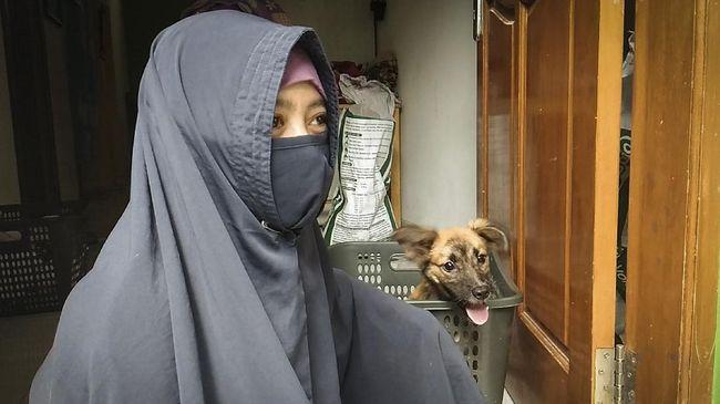 Hesti Sutrisno, seorang pecinta di Kabupaten Bogor, Jawa Barat yang menampung 70 anjing di shelter miliknya yang kembali mendapat penolakan warga.