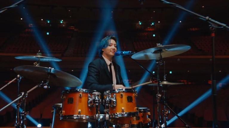 Berikut potret kecenya Jungkook BTS saat bermain drum di Musicares Grammy yang bikin netizen heboh.