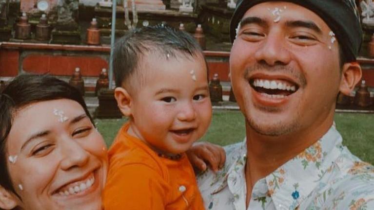 Hari Raya Nyepi adalah Hari Raya umat Hindu untuk penyucian kepada Dewa-Dewa. Berikut adalah kumpulan artis yang merayakan Hari Raya Nyepi