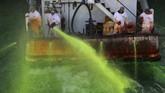 Sungai Chicago berwarna hijau cerah setelah Walikota Lori Lightfoot mengurungkan pembatalan memberi warna jalur air tersebut akibat pandemi virus corona.
