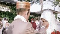 <p>Ustaz Syam Elmarusy resmi menikah dengan selebgram cantik Jihan Ghazali pada Jumat (12/3/2021). (Foto: Instagram @thepotomoto)</p>