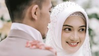 <p>Sosok istri ustaz Syam yang cantik. Jihan selama ini dikenal kerap tampil dengan hijab syar'i, Bunda. (Foto: Instagram @thepotomoto)</p>